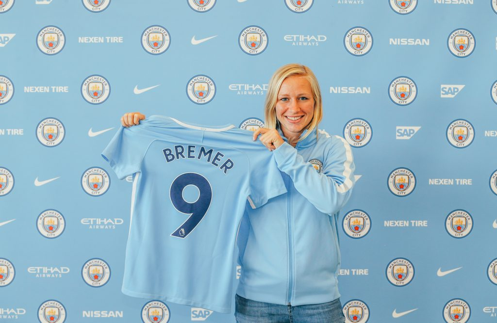 Pauline Bremer with the number 9 shirt for Man City Women