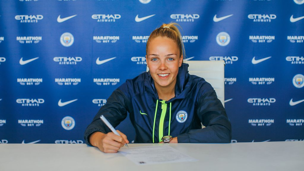 Ellie Roebuck signs a new contract with Manchester City